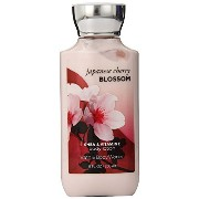 Bath & Body Works Signature Collection Fragrance Lotion 8 Fl Oz with Free Hand Sanitizer (Japanese Cherry Blossom) by Bath and Body Works [並行輸...